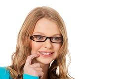 Mujer adolescente pensativa que mira para arriba Imagen de archivo
