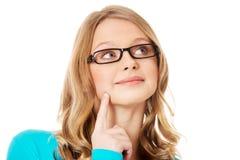 Mujer adolescente pensativa que mira para arriba Fotos de archivo