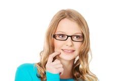 Mujer adolescente pensativa que mira para arriba Imagenes de archivo