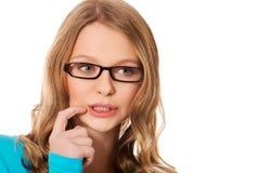 Mujer adolescente pensativa que mira para arriba Imágenes de archivo libres de regalías