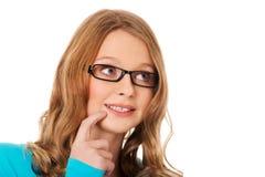 Mujer adolescente pensativa que mira para arriba Fotos de archivo libres de regalías