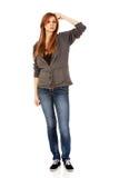Mujer adolescente pensativa que rasguña su cabeza Fotos de archivo libres de regalías