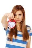 Mujer adolescente preocupante con el despertador Fotografía de archivo libre de regalías