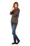 Mujer adolescente preocupante con los brazos doblados Imagenes de archivo