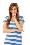 Mujer adolescente preocupante con los brazos doblados Imagen de archivo