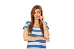 Mujer adolescente preocupante con los brazos doblados Foto de archivo libre de regalías