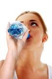 Mujer adolescente que bebe el agua mineral Fotografía de archivo libre de regalías