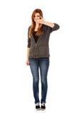 Mujer adolescente que cubre su boca con la mano Fotografía de archivo