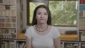 Mujer adolescente que da una palmada a su cara que gesticula el facepalm que expresa la exasperación y la molestia - almacen de metraje de vídeo