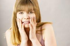 Mujer adolescente que es asustada Imagen de archivo