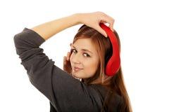 Mujer adolescente que escucha la música Fotografía de archivo libre de regalías