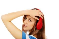 Mujer adolescente que escucha la música Foto de archivo