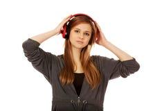 Mujer adolescente que escucha la música Imagen de archivo libre de regalías