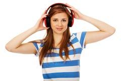 Mujer adolescente que escucha la música Fotos de archivo