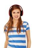 Mujer adolescente que escucha la música Fotos de archivo libres de regalías