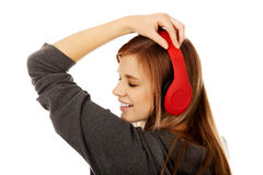 Mujer adolescente que escucha la música Imagenes de archivo