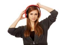 Mujer adolescente que escucha la música Fotografía de archivo