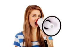 Mujer adolescente que grita a través del megáfono Imagenes de archivo