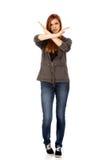 Mujer adolescente que hace la muestra de la parada con las manos cruzadas Fotografía de archivo libre de regalías