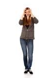 Mujer adolescente que hace las manos de los prismáticos Imágenes de archivo libres de regalías