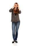 Mujer adolescente que hace las manos de los prismáticos Imagen de archivo libre de regalías