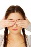 Mujer adolescente que la cubre ojos Fotos de archivo