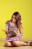 Mujer adolescente que lee un libro Imagen de archivo libre de regalías