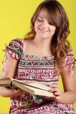 Mujer adolescente que lee un libro Foto de archivo libre de regalías