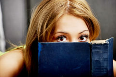 Mujer adolescente que lee un libro Imagen de archivo