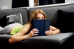 Mujer adolescente que lee un libro Foto de archivo