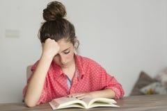 Mujer adolescente que lee un libro Fotografía de archivo libre de regalías