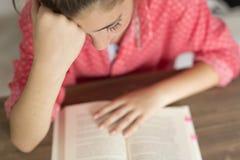 Mujer adolescente que lee un libro Imagenes de archivo