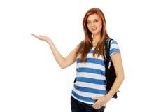 Mujer adolescente que muestra algo en la palma abierta Foto de archivo libre de regalías