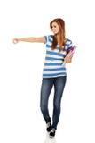 Mujer adolescente que muestra el copyspace o algo Imagen de archivo
