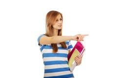 Mujer adolescente que muestra el copyspace o algo Foto de archivo libre de regalías