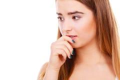 Mujer adolescente que parece preocupada, pensando en algo Foto de archivo libre de regalías