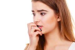 Mujer adolescente que parece preocupada, pensando en algo Imágenes de archivo libres de regalías
