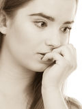 Mujer adolescente que parece preocupada, pensando en algo Imagenes de archivo