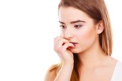 Mujer adolescente que parece preocupada, pensando en algo Imagen de archivo libre de regalías