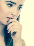 Mujer adolescente que parece preocupada, pensando en algo Fotografía de archivo