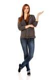 Mujer adolescente que presenta algo en la palma abierta Fotografía de archivo libre de regalías