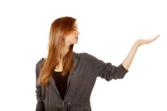 Mujer adolescente que presenta algo en la palma abierta Imagen de archivo libre de regalías