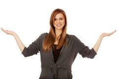 Mujer adolescente que presenta algo en las palmas abiertas Fotos de archivo