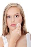 Mujer adolescente que quita maquillaje Fotos de archivo libres de regalías