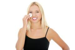 Mujer adolescente que quita maquillaje Imagenes de archivo