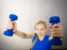 Mujer adolescente que se resuelve en casa con pesa de gimnasia Foto de archivo libre de regalías