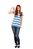Mujer adolescente que sostiene el despertador Fotos de archivo