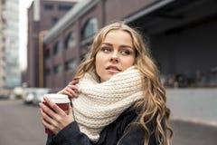 Mujer adolescente que sostiene una taza de bebida caliente al aire libre Imágenes de archivo libres de regalías