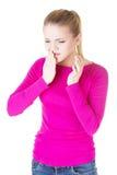 Mujer adolescente que tiene un dolor terrible del diente. Foto de archivo