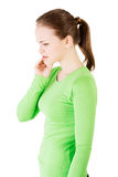 Mujer adolescente que tiene un dolor terrible del diente. Imagen de archivo